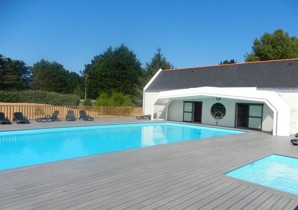 La piscine couverte chauff e camping piscine chauff e et for Camping belle ile en mer avec piscine